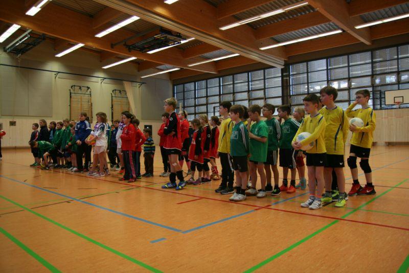 Die versammelten Mannschaften vor Spielbeginn